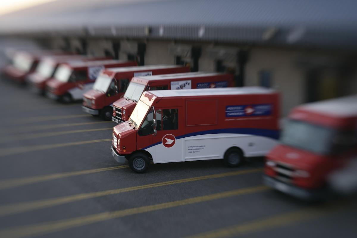캐나다 포스트 업무복귀명령 동의안 가결 truckplantloadingdock2