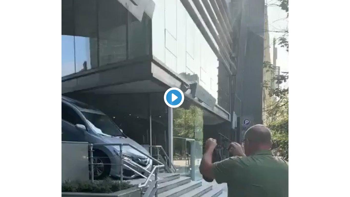 층계를 내려오는 차