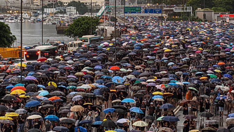 밴쿠버시내에서 홍콩계와 중국계 맞불 시위 중