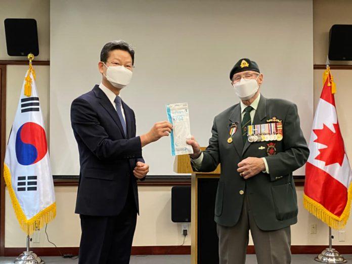 한국 정부의 캐나다 참전용사 마스크 전달식