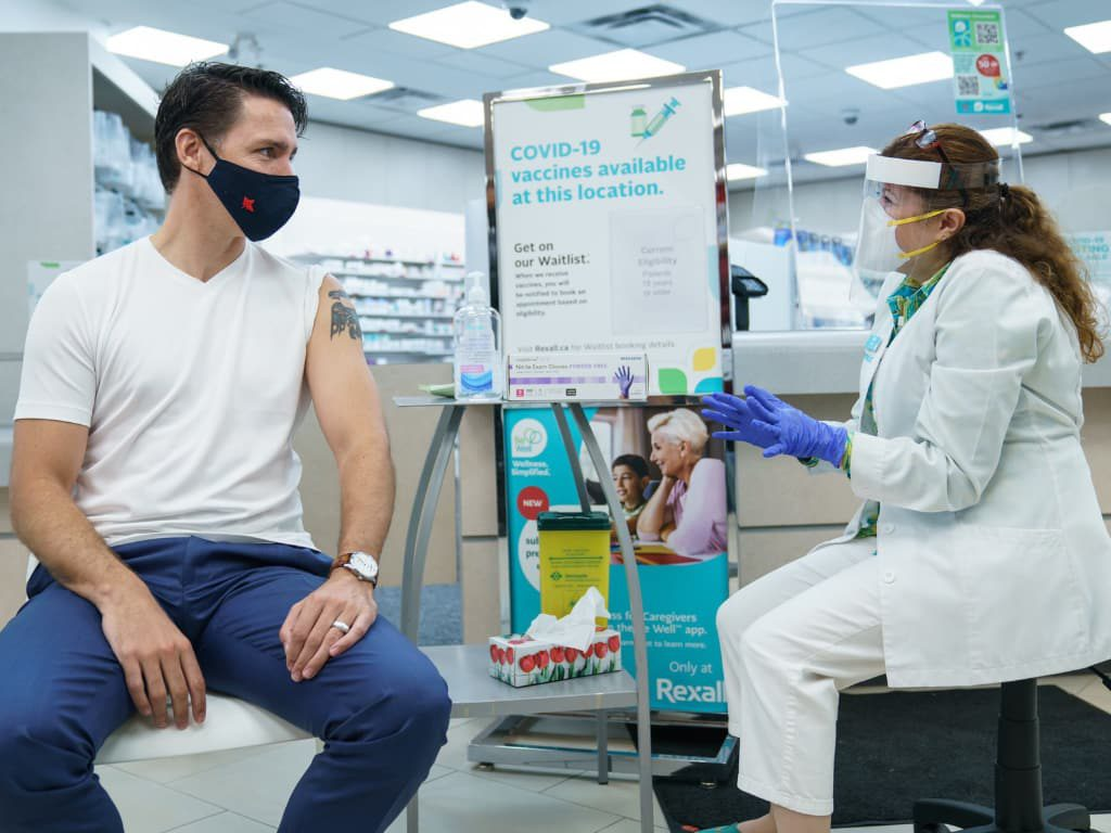 트루도 총리, 코로나 백신 2차 접종 완료 tr2 210702
