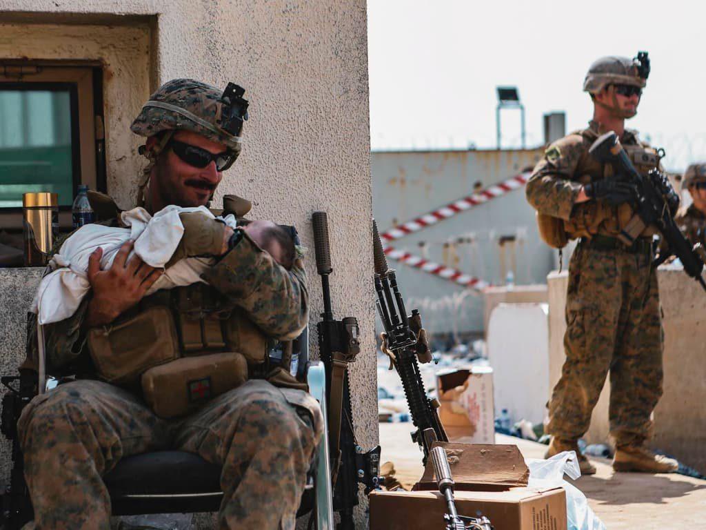 """""""아이만이라도"""" 미군에 아기 맡기는 아프간 부모 marine 210820"""